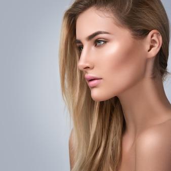 Portrait der blonden frau