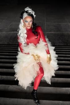 Portrait der fabelhaften drag queen mit schwarz-weißer perücke