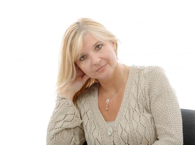 Portrait der fälligen lächelnden blonden frau