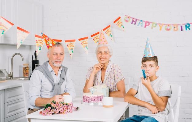 Portrait der familie mit geburtstagskuchen