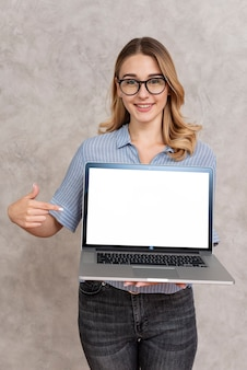 Portrait der frau einen laptop anhalten
