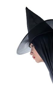 Portrait der Frau im schwarzen furchtsamen Hexe Halloween-Kostüm, das mit Hut steht