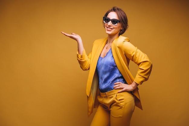 Portrait der frau in der gelben klage getrennt