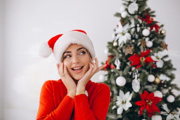Portrait der frau in sankt-hut auf weihnachten