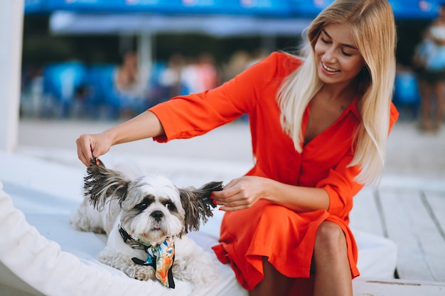 Portrait der frau mit ihrem hund auf ferien