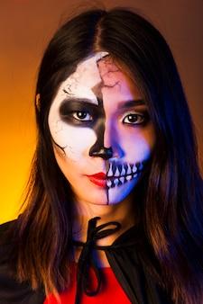 Portrait der frau mit make-up und gruselige maske