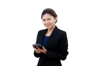Portrait der geschäftsfrau, die den rechner, getrennt auf weißem hintergrund verwendet