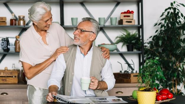 Portrait der glücklichen älteren paare, die einander betrachten