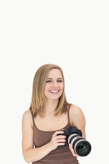 Portrait der glücklichen frau mit fotoapparat