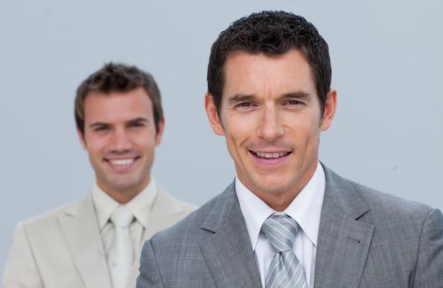 Portrait der glücklichen geschäftsmänner getrennt