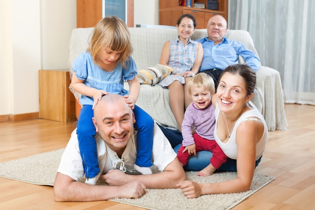 Portrait der glücklichen mehrgeneration