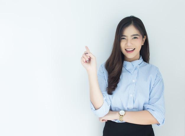 Portrait der jungen asiatischen geschäftsfrau, die oben über weißen hintergrund zeigt.