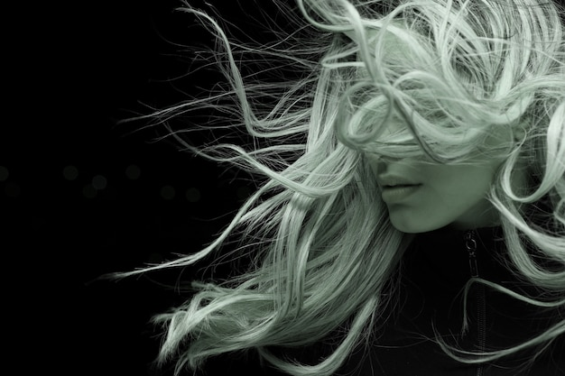 Portrait der jungen frau mit langen haaren