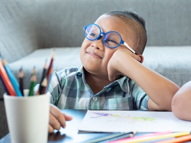 Portrait der jungen lächelnden, denken. junge kind mit behinderungen gehirnerkrankungen