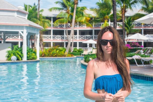 Portrait der jungen schönen frau im pool