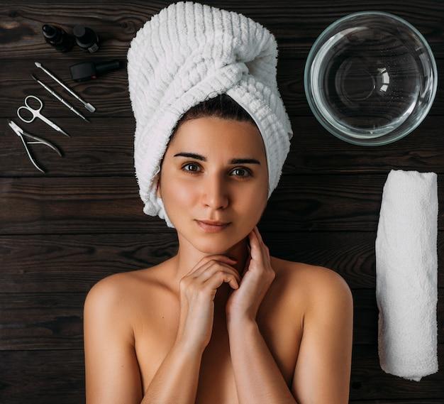 Portrait der jungen schönen frau in der badekurortumgebung. eine frau kümmert sich um ihren körper. körperpflege für frauen.