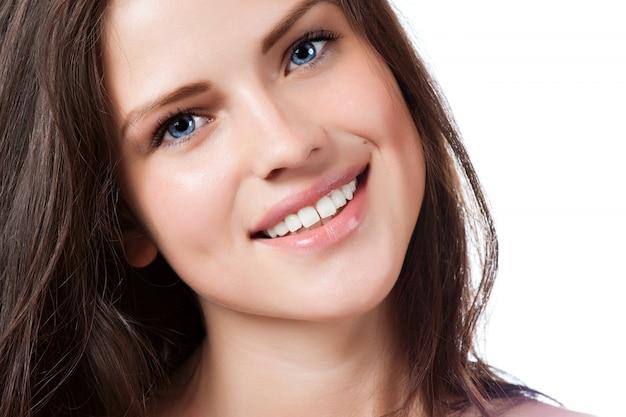 Portrait der jungen schönen frau mit vollkommenem lächeln