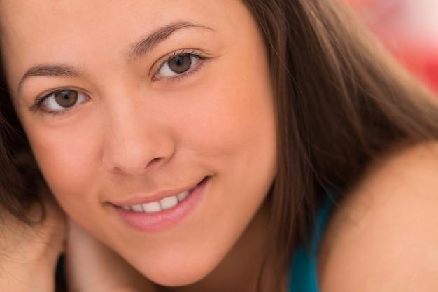 Portrait der jungen schönen frau