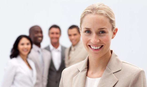 Portrait der lächelnden geschäftsfrau vor ihrem team