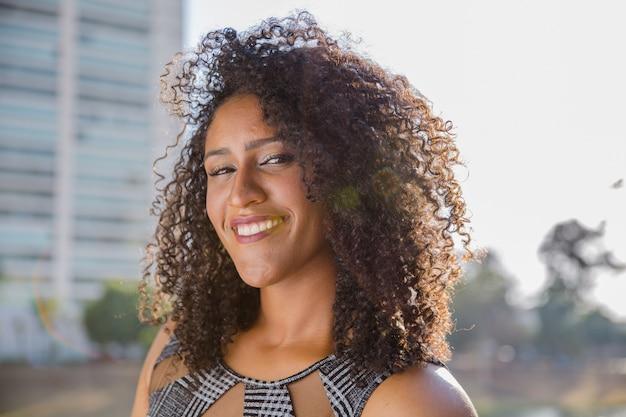 Portrait der lächelnden jungen schwarzen frau