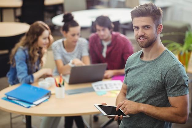 Portrait der männlichen unternehmensleiter mit digitalen tablet