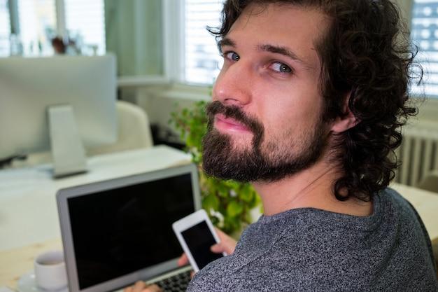 Portrait der männlichen unternehmensleiter mit handy