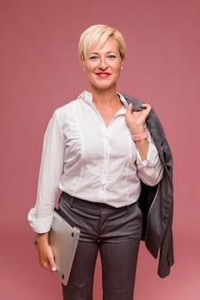 Portrait der mittleren gealterten geschäftsfrau