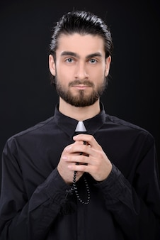 Portrait der priesterstellung getrennt auf schwarzem