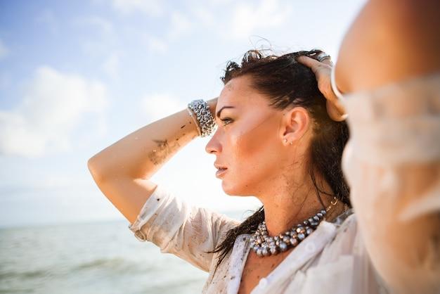 Portrait der reizvollen und schönen frau auf dem strand