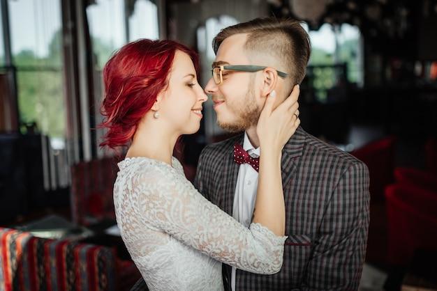 Portrait der schönen braut und des eleganten bräutigams nach hochzeitszeremonie