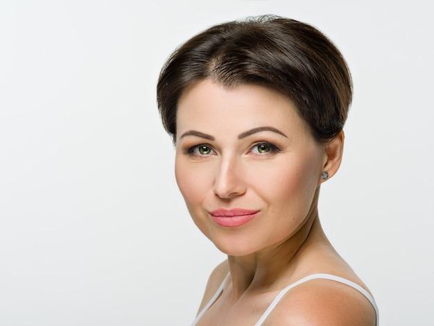Portrait der schönen fälligen frau mit dem braunen haar