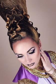 Portrait der schönen frau im ägyptischen stil