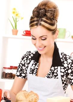 Portrait der schönen frau in der küche