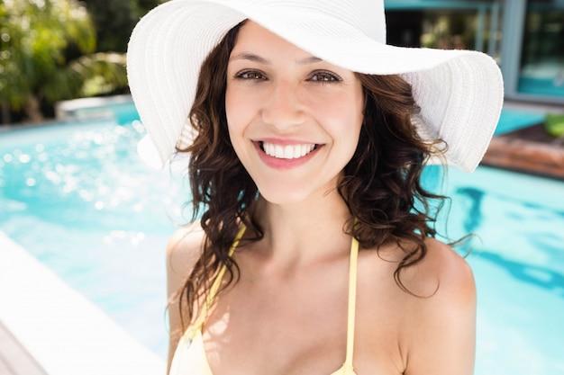 Portrait der schönen frau lächelnd nahe poolside