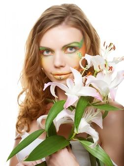 Portrait der schönen frau mit lilie