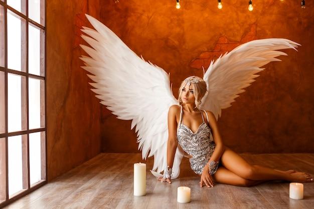 Portrait der schönen frau mit weißen engelsflügeln auf