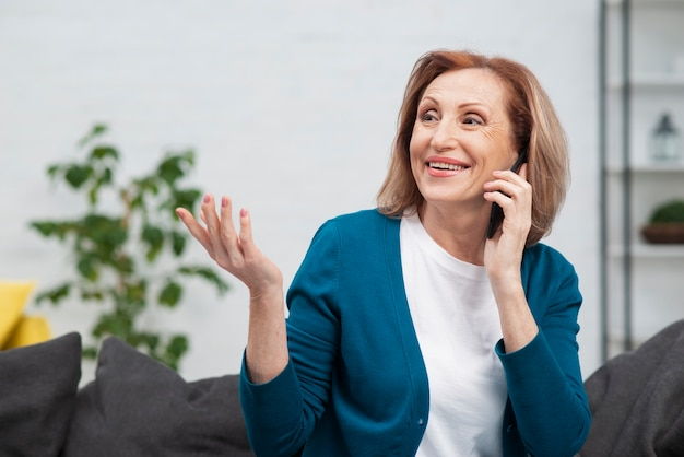 Portrait der schönen frau sprechend am telefon