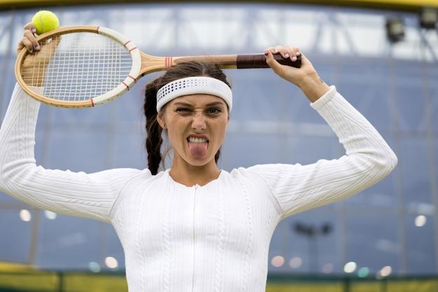 Portrait der schönen frau tennis im freien spielend