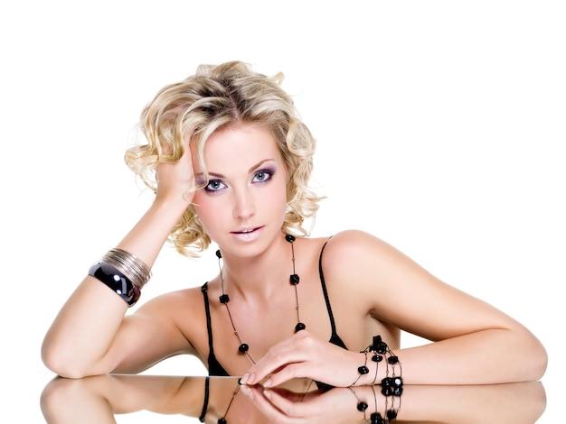 Portrait der schönen jungen frau mit blondem lockigem haar