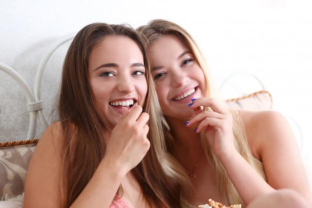 Portrait der schönen jungen lächelnden frau zwei