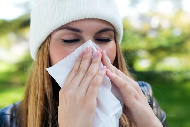 Portrait der schönen mädchen mit gewebe mit grippe oder allergie.