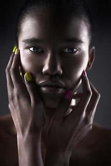 Portrait der schönen reizvollen schwarzen frau