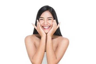 Portrait der schönen Hautpflegefrau genießen und glücklich