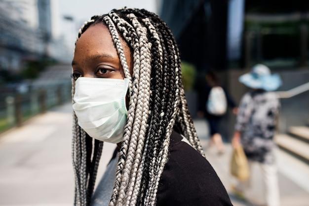 Portrait der tragenden maske der schwarzen frau