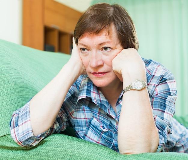 Portrait der traurigen älteren frau