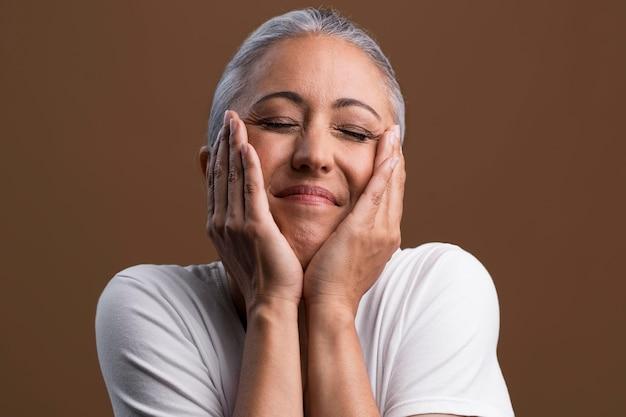 Portrait der zufriedenen älteren frau