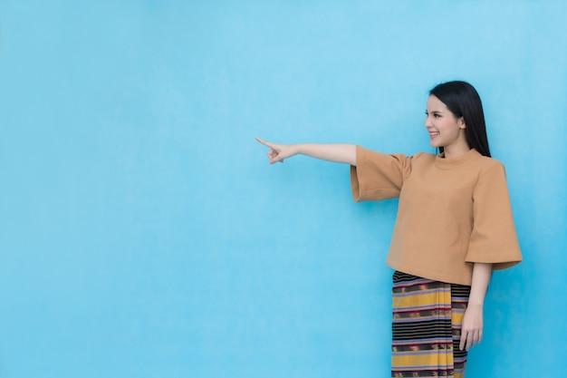 Portrait des asiatischen jungen mädchens im traditionellen siamesischen kleid
