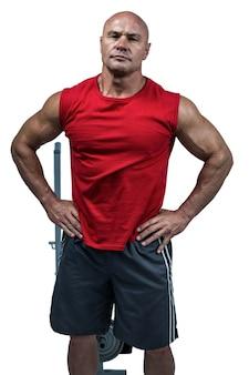 Portrait des bodybuilders mit den händen auf hüfte