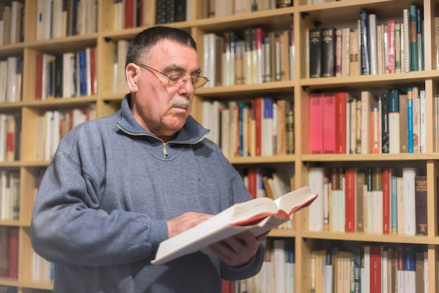 Portrait des buches des älteren mannes lese