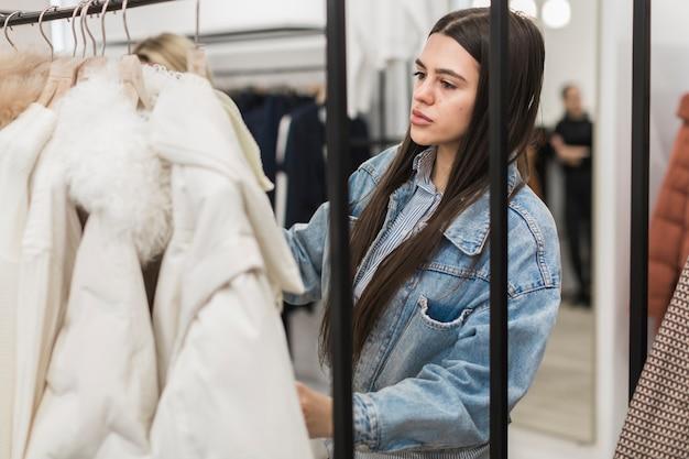 Portrait des einkaufens der erwachsenen frau